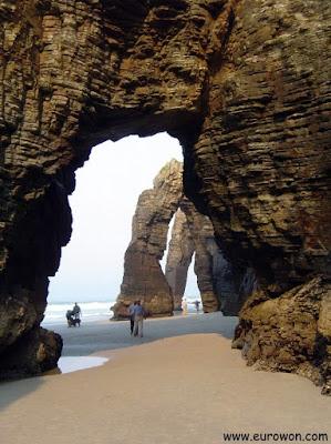 Arbotantes en la playa de las Catedrales, en Ribadeo (Galicia)