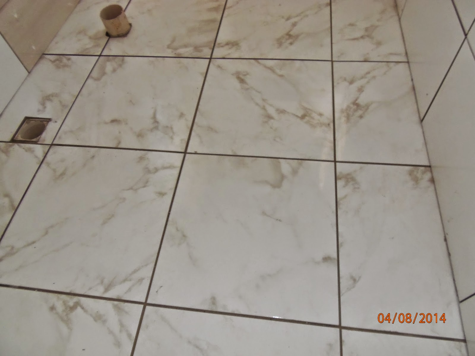 Banheiro do quarto de hóspedes ( ainda sem rejunte) . Esse piso é  #B34C15 1600x1200 Banheiro Com Revestimento Branco E Piso Bege