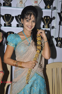 Avanthika Rao Pictures in Half Saree at Parinaya Wedding fair 2013 Launch  0011.jpg