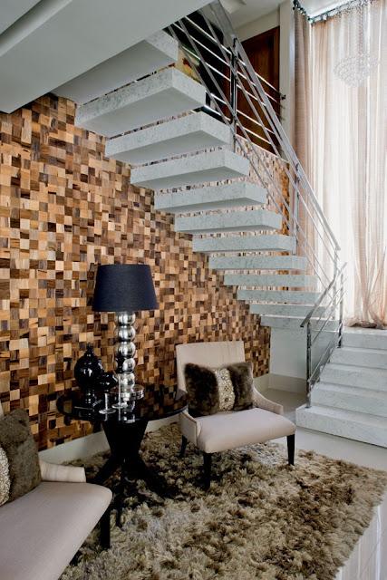 decoracao de paredes de escadas interiores:14- Parede toda revestida com pedras ou papel de parede, duas