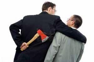Dos empresarios competidores abrazados mientras uno de ellos porta un acha escondida en su espalda