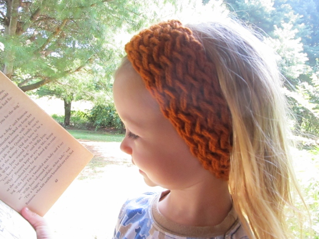 Ear Warmer Loom Knitting Pattern : This Mama Knits: Figure-Eight Reversible Headband/Ear-warmer Picture Tutorial