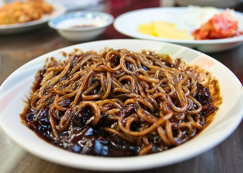 Jajangmyeon o fideos negros