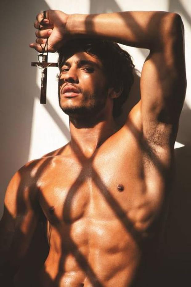 """O modelo Maikel Castro em ensaio para a revista """"Junior"""" (Foto: Didio/ Divulgação)"""