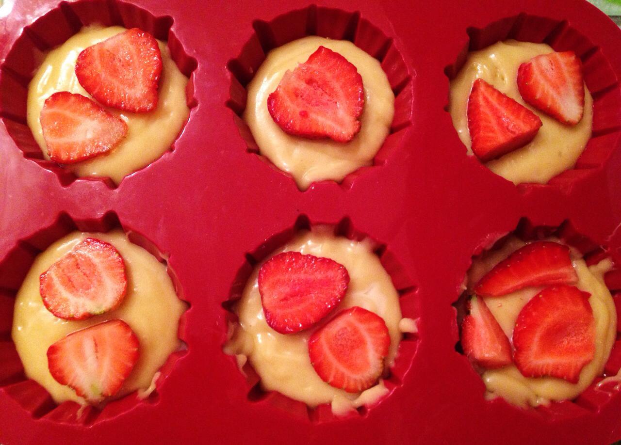 colocamos fresas encima de cupcakes
