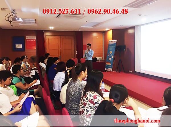 Ông Vũ Hưng – Phó Tổng Giám đốc công ty trực tiếp đứng lớp.