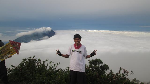 Aku dan Awan di puncak Gunung Merbabu