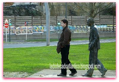 Imagem de uma estátua numa praça em Bilbao, Espanha.