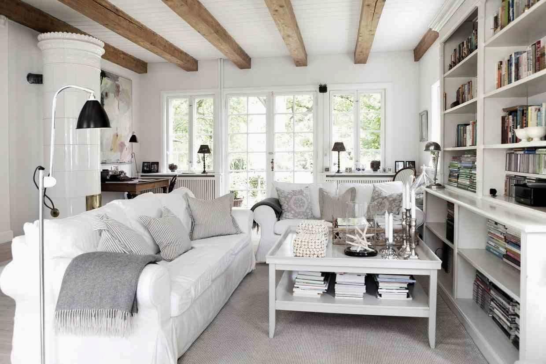 White interior białe wnętrze salon, białe sofu, przytulna aranżacja skandynawskiego domku