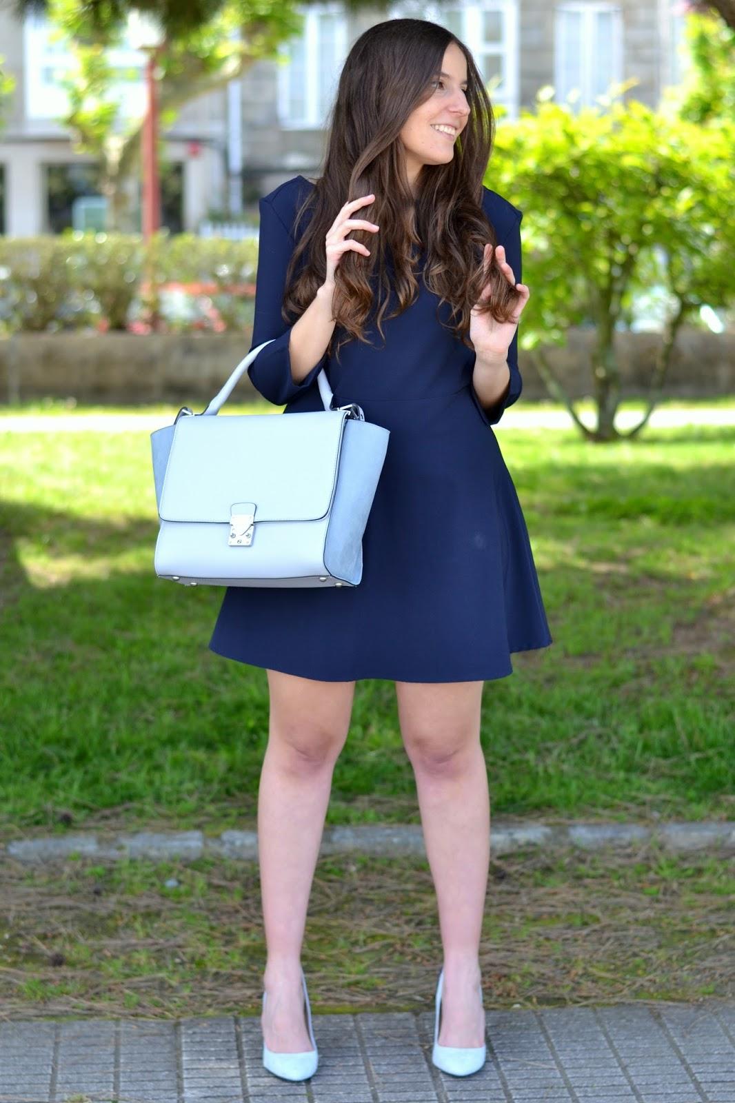 combinar zapatos y bolso azul bebé
