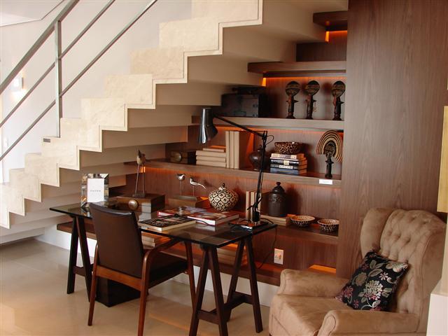 decoracao interiores escadasUm escritório encaixado torna útil um