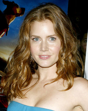 Amy Adams rocks gorgeous curls and major shine hairstyle..