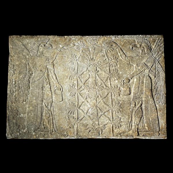 Nimrud (antigua Kalhu), el norte de Irak Neo-asirio, 883 a 859 aC  Espíritus sobrenaturales y un árbol sagrado  El uso de la magia para proteger los edificios y sus propietarios era una vieja tradición en Mesopotamia. Imágenes de criaturas sobrenaturales serían enterrados debajo de las puertas o la creación en las entradas de los palacios y templos. Su fuerza mágica suponía sería ahuyentar a los demonios del mal-que deseen.  Estas figuras con alas, posiblemente, puede ser criaturas sobrenaturales conocidos como Apkallu. Llevan tocados con cuernos para mostrar su divinidad y llevan cubos y lo que parecen ser piñas utilizadas para espolvorear, presumiblemente, el agua de la cubeta para la purificación.  El árbol estilizado entre los espíritus generalmente se llama un árbol sagrado o incluso, engañosamente, un árbol de la vida. Lleva algún tipo de relación distante con la palmera, que tiene una palmeta en la parte superior del tronco y un enrejado de palmetas más pequeñas alrededor de ella. La palmeta es una versión claramente asiria de un símbolo que durante mucho tiempo había sido conocido en Mesopotamia y el Levante. Su significado exacto no está claro, pero las corrientes de agua y la vegetación podría ser tomado como la representación de la fertilidad de la tierra, o más específicamente, en sí Asiria. Aunque no hay dos árboles sagrados eran exactamente iguales, la disposición de las ramas en los dos lados de cada árbol era siempre idéntica