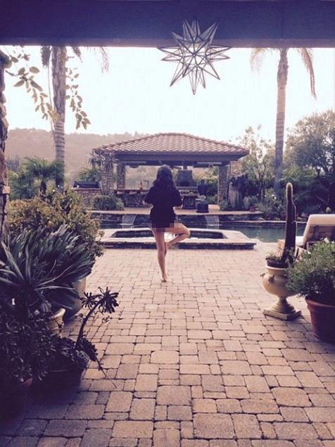 Foto Hot Selena Gomez Saat Yoga