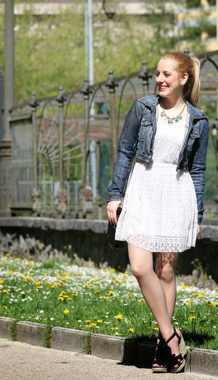 outfit con vestido blanco y chaqueta vaquera