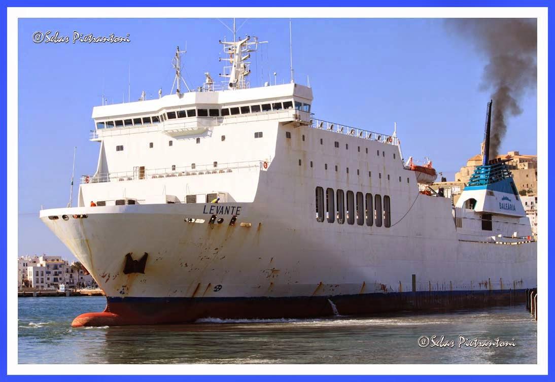 Blog cazador fotos de barcos en ibiza levante balearia for Oficina balearia ibiza
