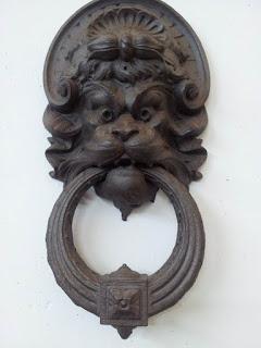 Picchiotto pezzo metallico di svariate forme, collegato ad una porta che si utilizza per bussare