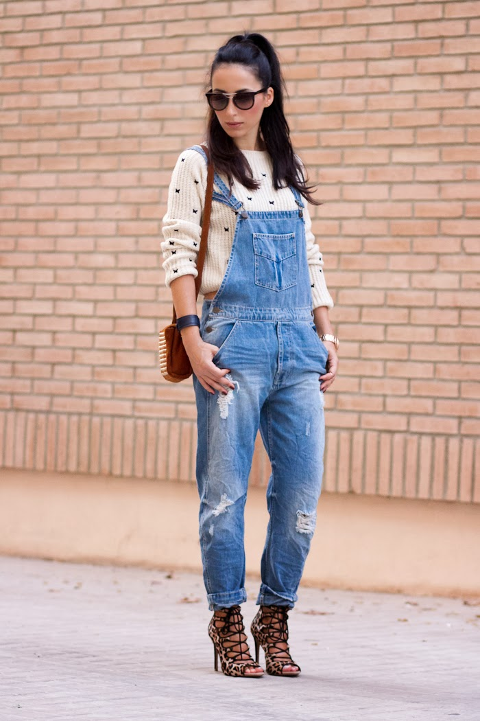Look casual con mono vaquero roto de Zara y jersey corto de la bloguera WOWS