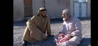 بالفيديو : مسن لم يعرف أن الذي يجلس بجانبه هو حاكم دبي.. شاهد ماذا قال له؟