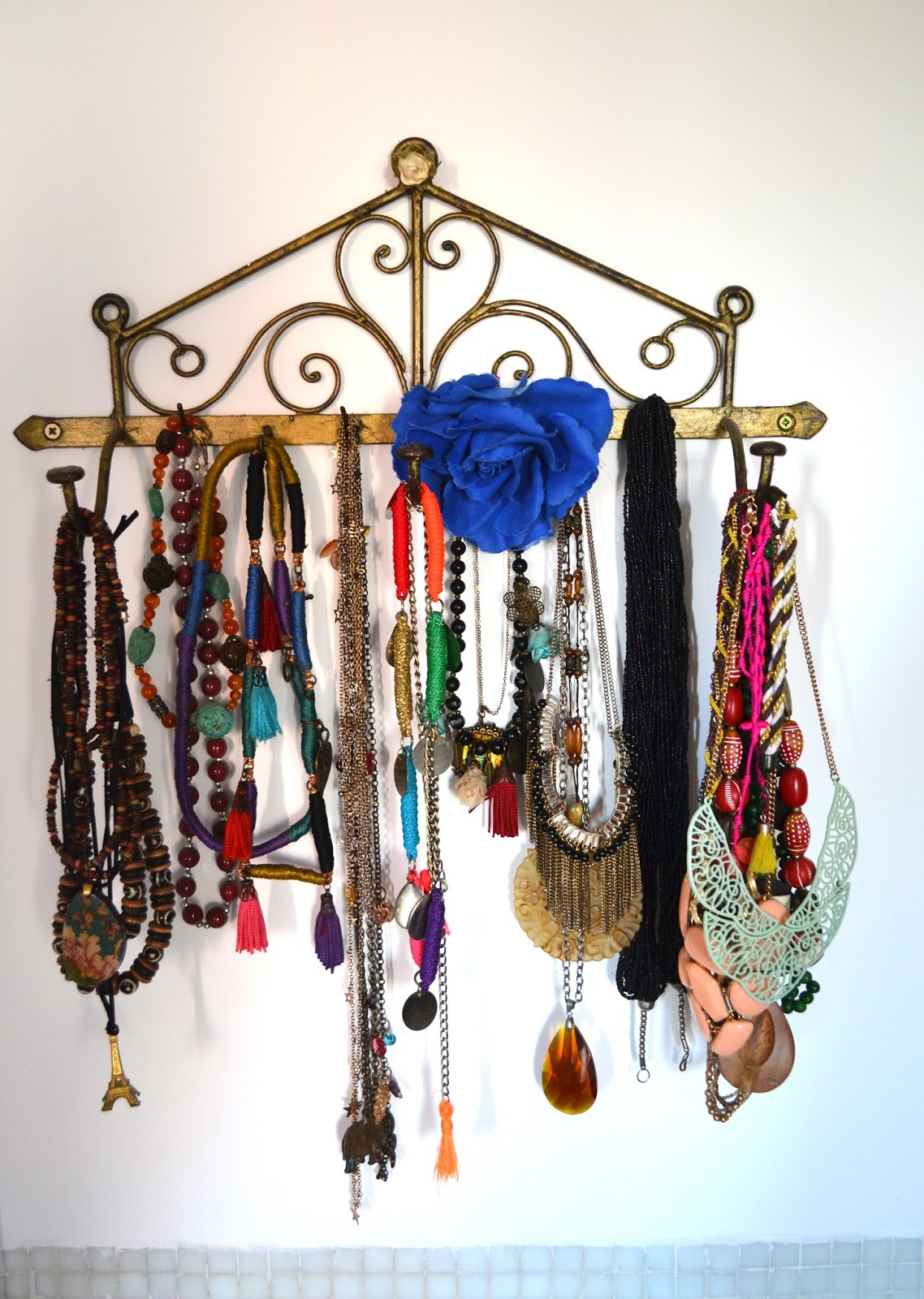 Ideas para organizar la bijou s lo para m - Percheros para collares ...