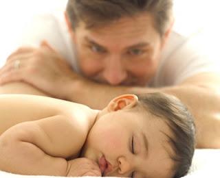 papa velando el sueño de su hijo