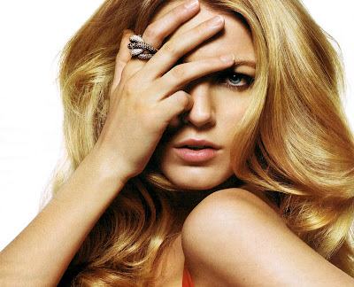 Blake Lively look hot in shy mood