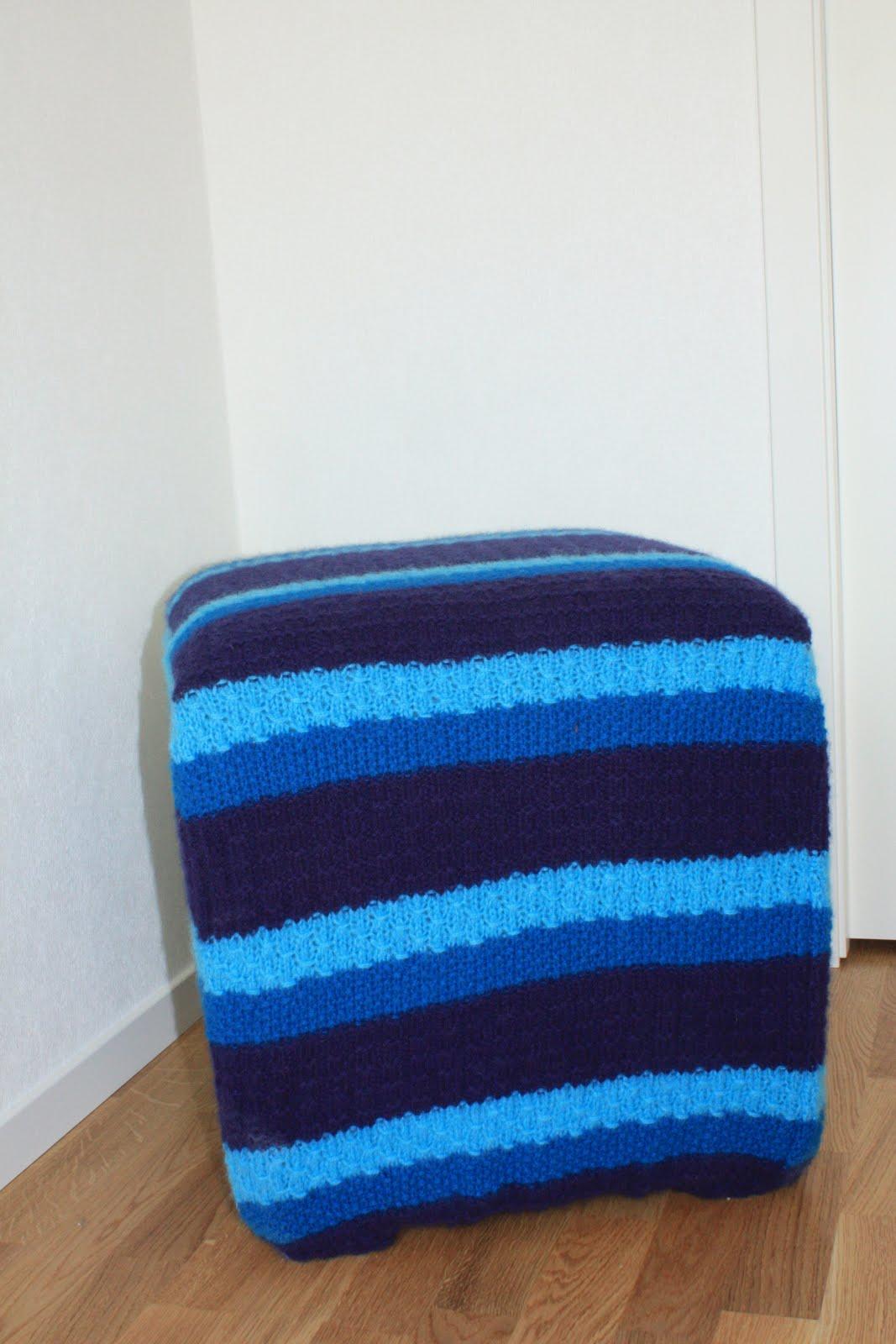 ... strikket trekket på, og i de samme blåfarger som er i tapeten