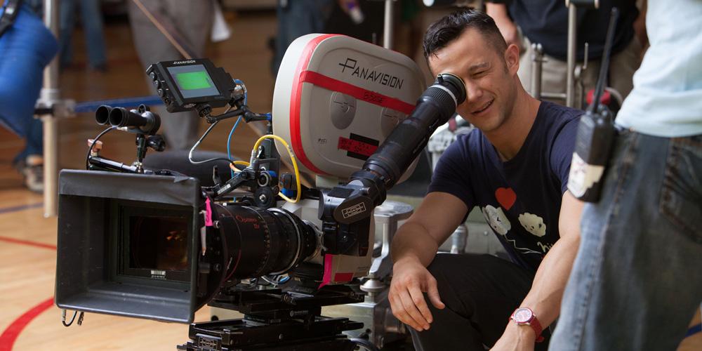 Joseph gordon levitt como diretor de cinema operando uma câmera cinematográfica no set do filme como não perder essa mulher