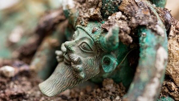 kepala dewa sungai Yunani Acheloos, makam elit