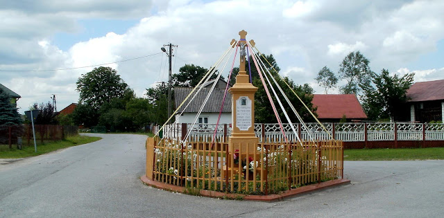 Giełzów, krzyż stojący w środku wsi. Foto. Paweł Kałwiński.