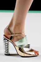 Метални обувки на висок ток в златно и сребърно на Fendi