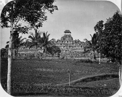 Candi Borobudur pertama kali ditemukan8