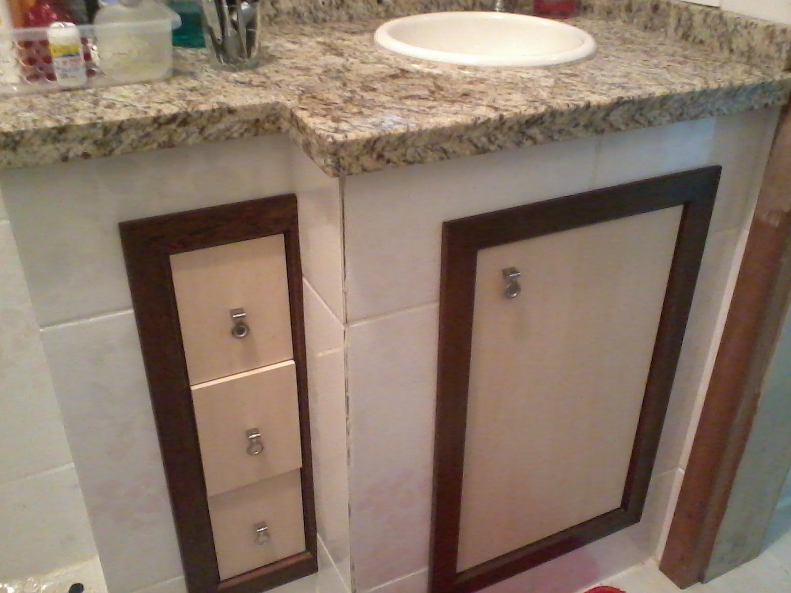 Armário para banheiro em MDF com caixilho em madeira maciça em  #916C3A 1600x1200 Armario Banheiro Suspenso