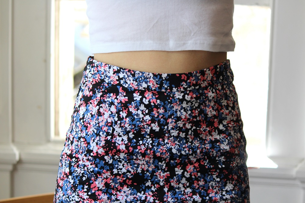 peexo fashion blogger wearing crop top and floral midi skirt