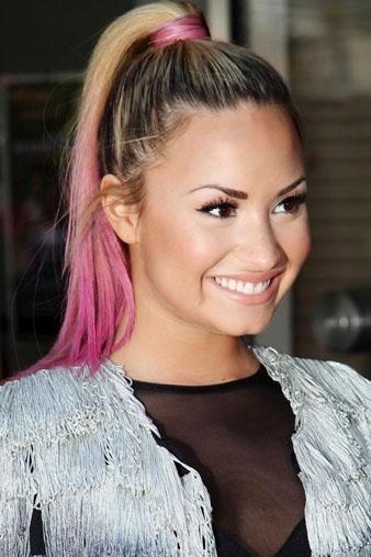 Ünlü Disney şarkıcısı Demi Lovato Pembe Saçlar ve Demi Lovato At Kuyruğu