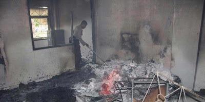 mapolsek dibakar