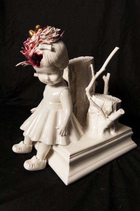 Maria Rubinke esculturas porcelana surreais sangue crianças macabras Ninho na cabeça