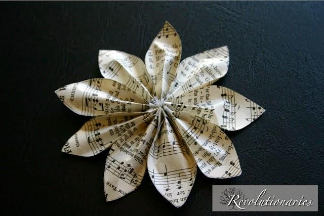 Broche con forma de flor con papel reciclado en Recicla Inventa