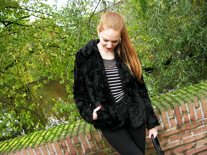 All black outfit faux fur berry red lips fashion blogger amsterdam