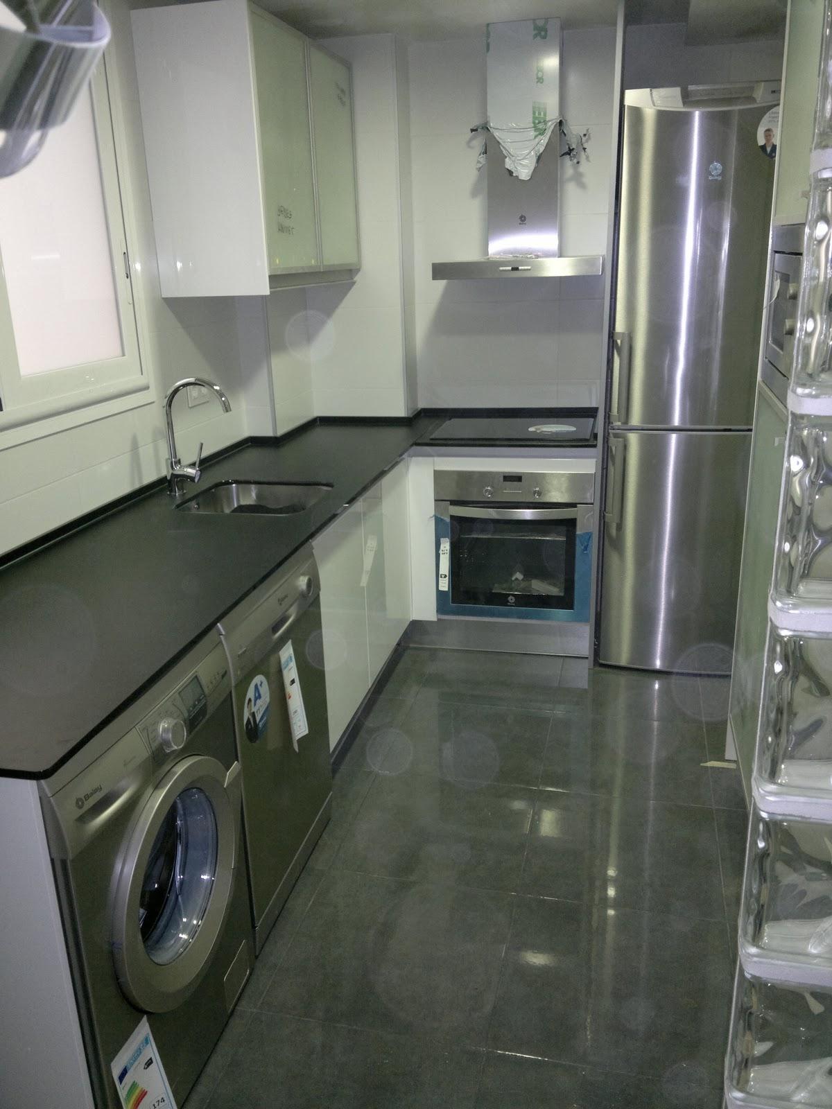 Ebanisteria carpinteria manuel perez zaragoza cocina con encimera de cristal - Encimeras de cocina de cristal ...