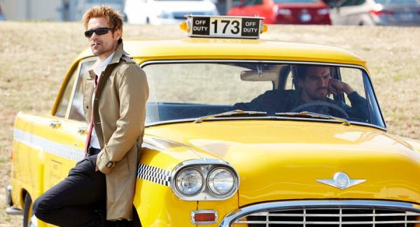 Constantine. Jhon fumando con Chas en el taxi