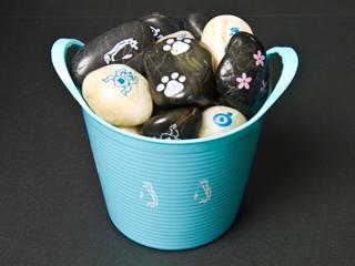 バスケット一杯の印刷された石