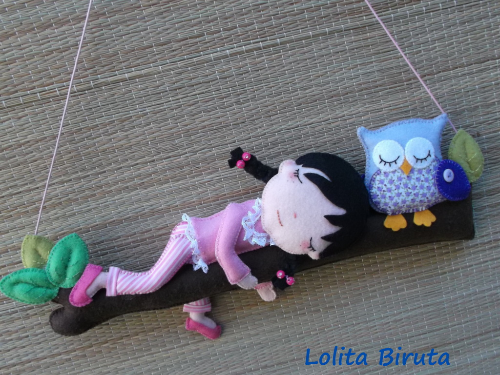 Menina e coruja em feltro