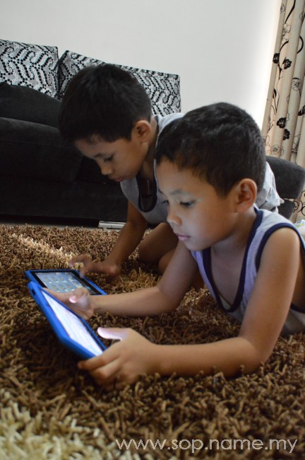 Aksi Azfar dan Azwar bersama tablet