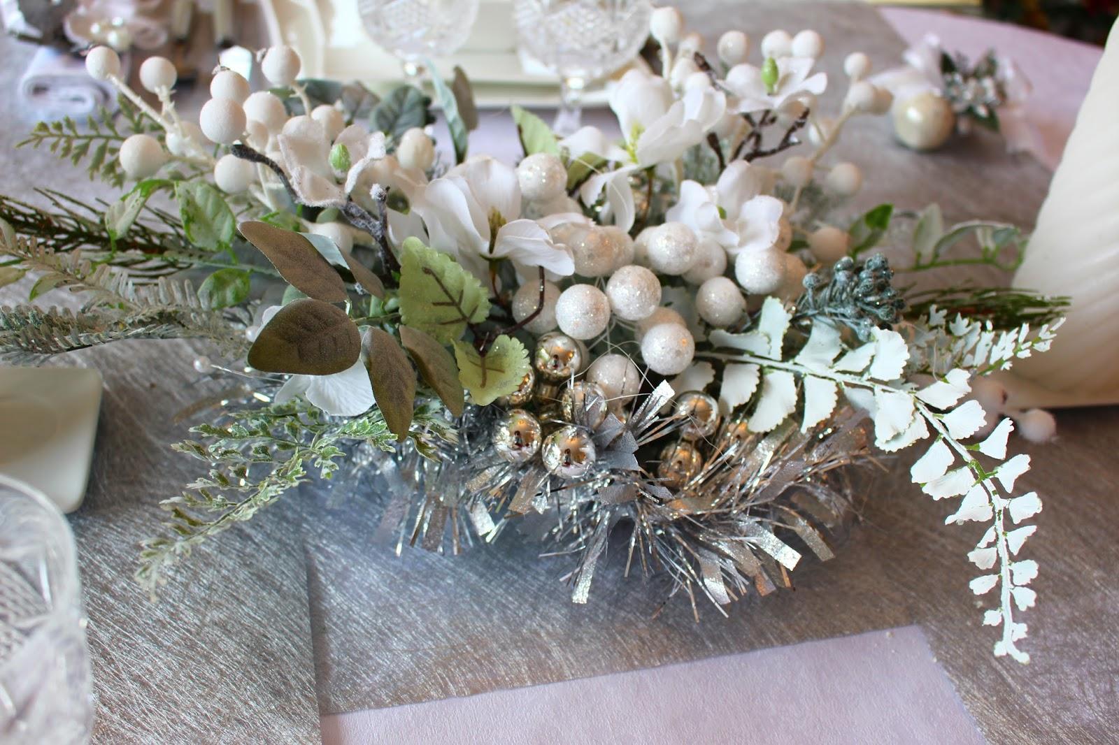 Roses du jardin ch neland table de no l en blanc et argent for Centre de table argent