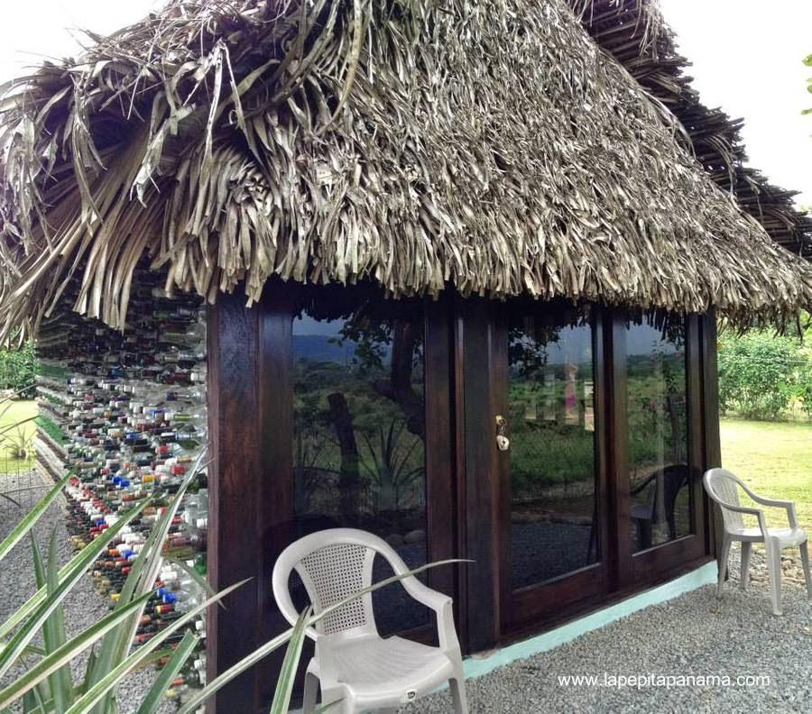 Cabaña pequeña hecha con botellas de vidrio y plástico en Las Lajas, Panamá