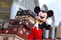 Mickey empurrando carrinho de malas