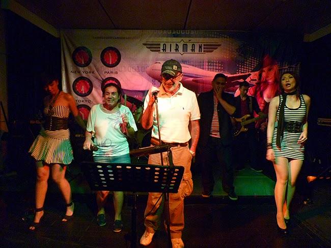 Cantando en el Airman del hotel Sultán de Yakarta
