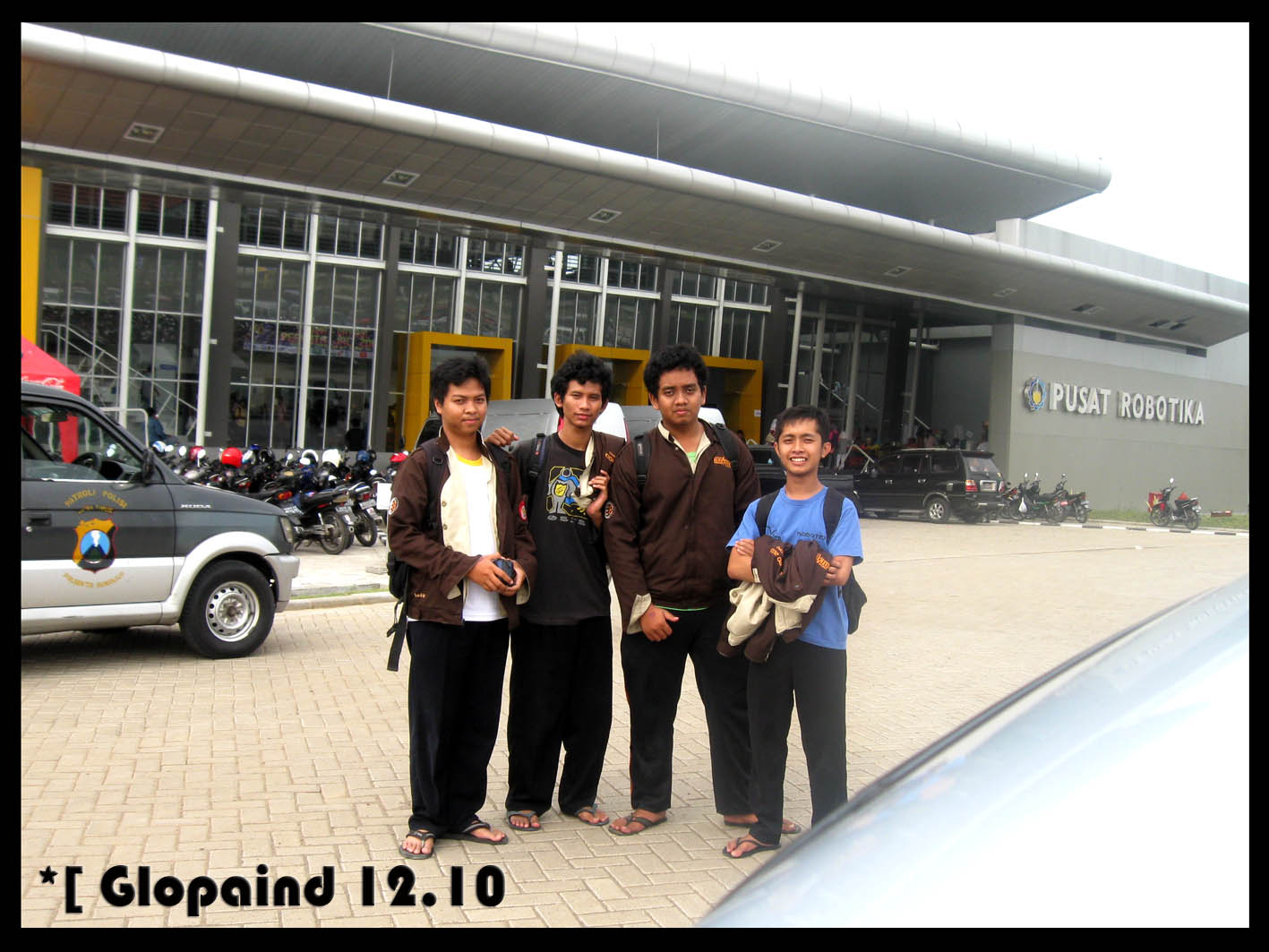 Photo dulu di depan gedung Pusat Robotika ITS Surabaya