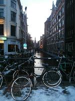Bicicletas aparcadas en puente en Amsterdam